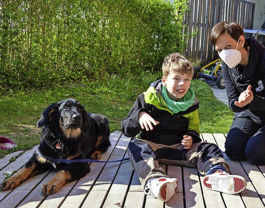 Hovawart-Rüde Akino, Tom und Hunde-Trainerin Sabrina Parczany   | Foto: Gabriele Hennicke