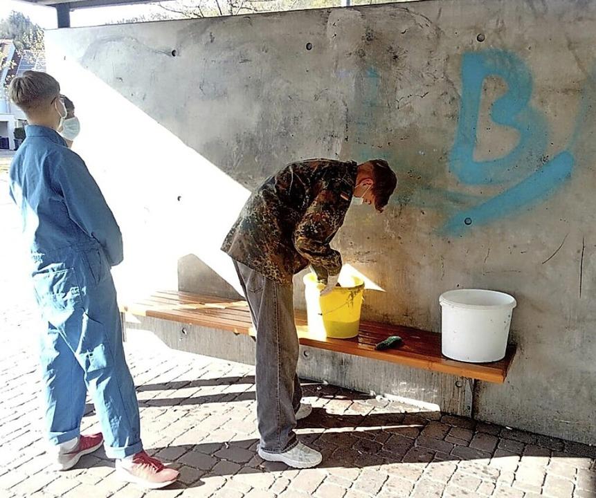 Jugendliche beim Reinigen der Wand am Kolleg.    Foto: Andreas Hummel