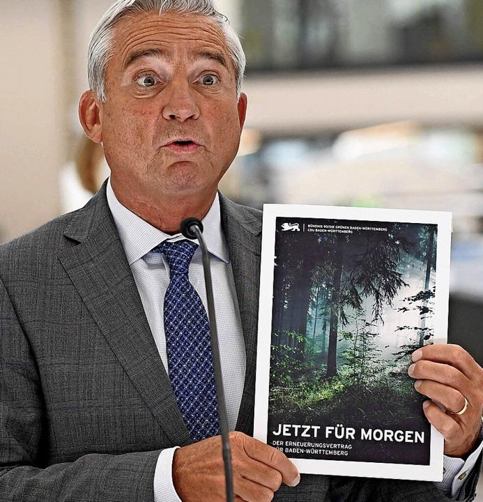 …  CDU-Chef Strobl freuen sich über den Vertrag.  | Foto: THOMAS KIENZLE (AFP)