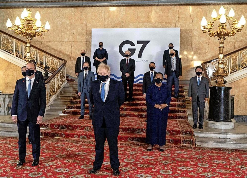Der gastgebende Premier Boris Johnson (Mitte) und die G7-Außenminister  | Foto: NIKLAS HALLE'N (AFP)
