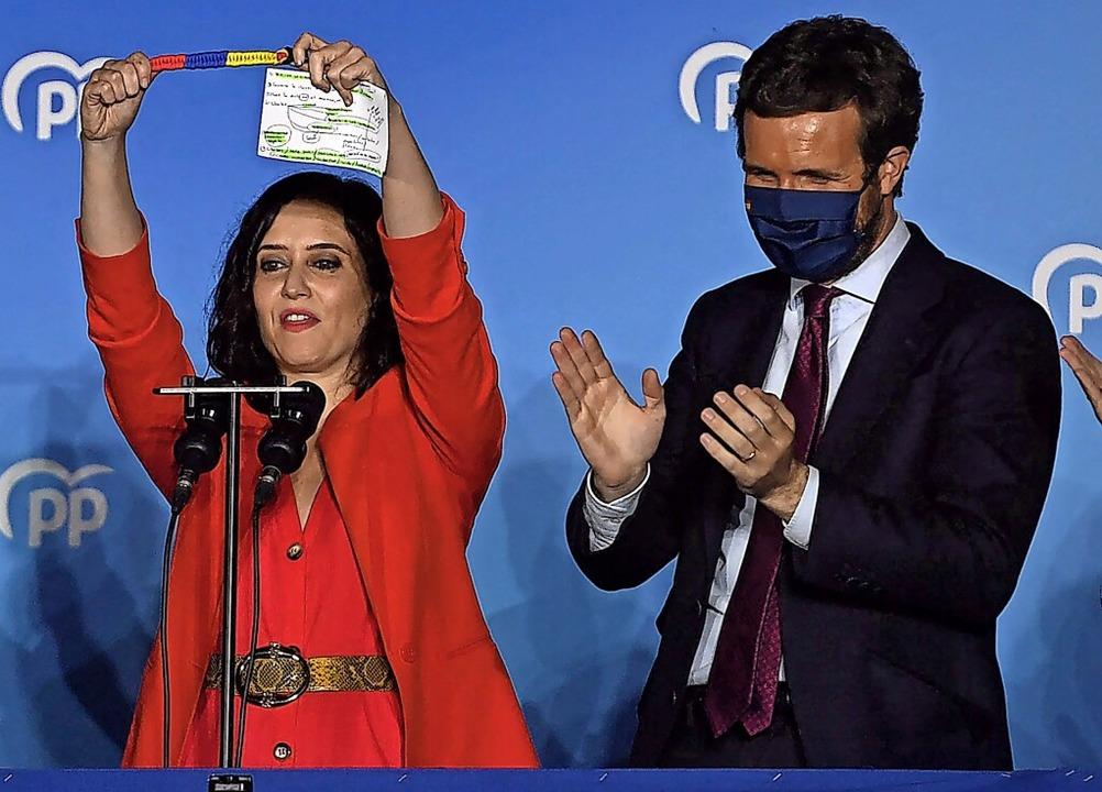 Isabel Diaz Ayuso feiert am Dienstagab...lsieg bei den Madrider Regionalwahlen.    Foto: PIERRE-PHILIPPE MARCOU (AFP)