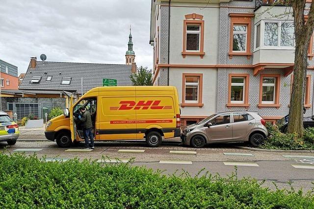 Dieb klaut Paketboten seinen Transporter und baut damit einen Unfall