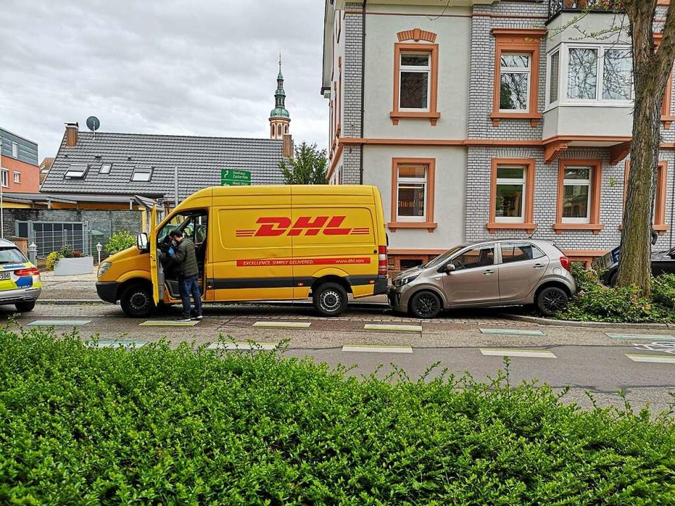 Fehler beim Rückwärtsfahren. Heftig ha...n Transporters den Kleinwagen gerammt.  | Foto: Ralf Burgmaier