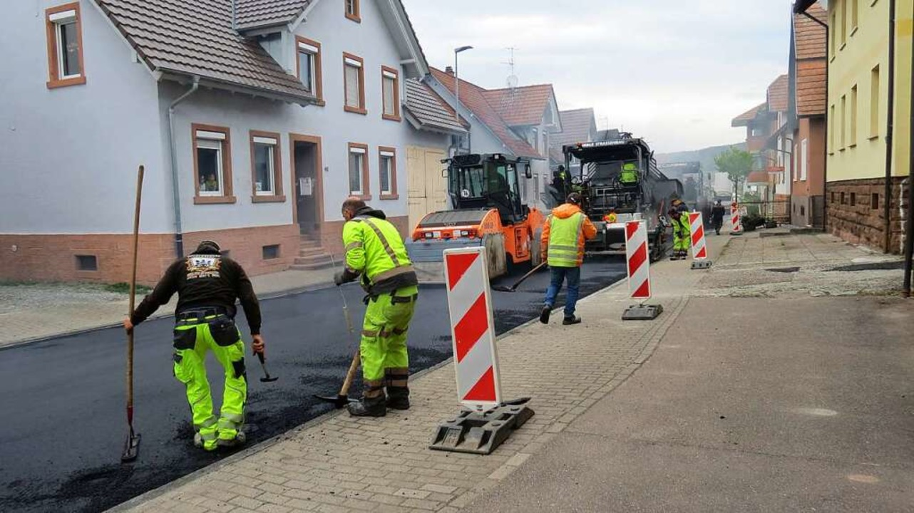 Unter Hochdruck arbeiten die Arbeiter der Straßenbaufirma an der Ortsdurchfahrt.  | Foto: Gemeinde Seelbach