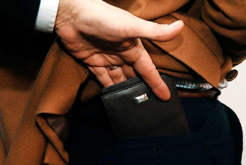 Die Polizei vermutet einen Taschendiebstahl.    Foto: Frank Mächler