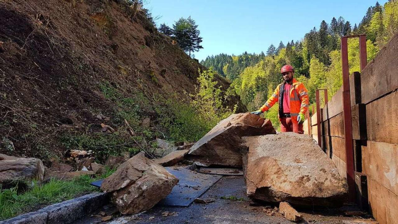 Ein Mitarbeiter von Königl mustert den...egernau aus der Felswand gelöst wurde.    Foto: Gerald Nill