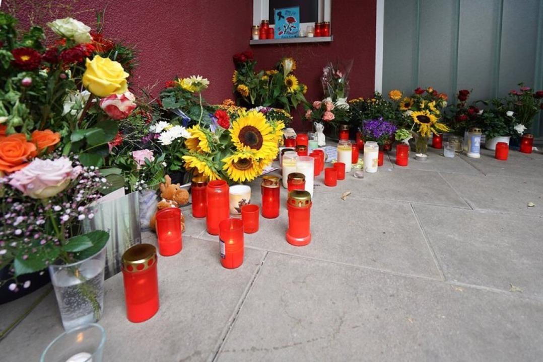 Blumen und Kerzen an der Arztpraxis in Offenburg (2018)  | Foto: Benedikt Spether