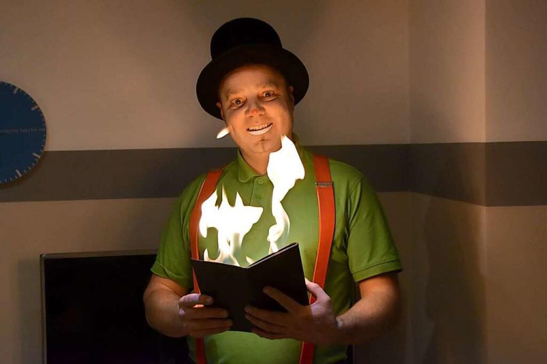 Feuer und Flamme für das Maskenspiel: Clown Pat hat die Lacher auf seiner Seite.  | Foto: Horatio Gollin