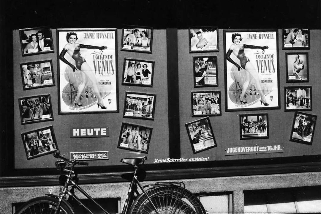 Die lasterhaft lockende Venus gab&#821...e Filmwerbung vorm Friedrichsbau Kino.  | Foto: R. Böhm/Stadtarchiv Freiburg (Signatur: M 75 / 12)