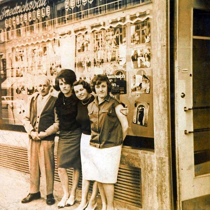 1963 machte Gabriele Bürgel (Zweite vo...elte ins Team vom Friedrichsbau-Kino.   | Foto: Privat