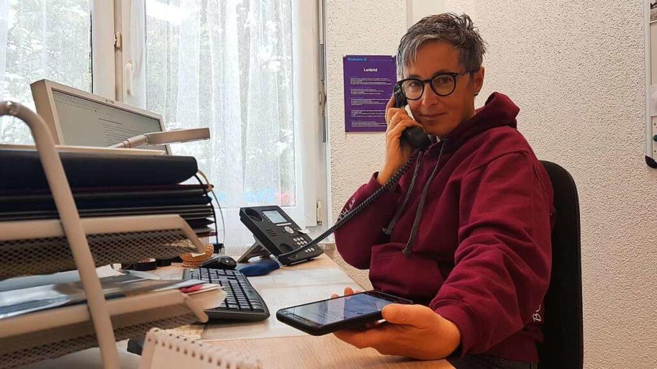 Dagmar Stettner vom Seniorenbüro des D...rmine beim Impfzentrum zu vereinbaren.    Foto: Gerald Nill