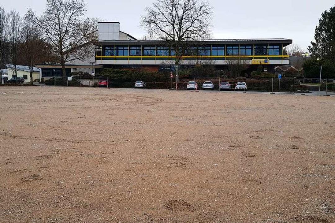Das noch als Parkplatz genutzte Geländ...schulzentrum und das Goethe-Gymnasium?    Foto: Gerhard Walser