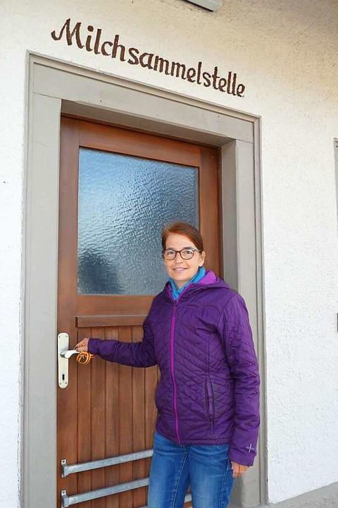 Ortsvorsteherin Annette Hilpert zeigt, wo der neue Dorfladen entstehen könnte.  | Foto: Heidrun Simoneit