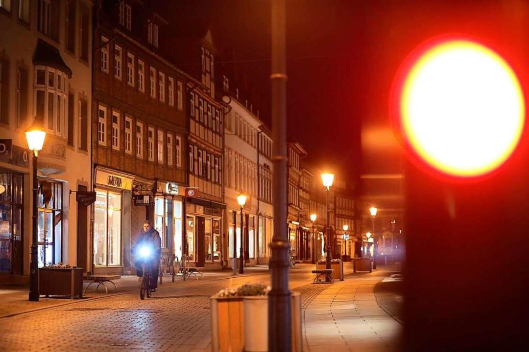 Die Ausgangsbeschränkung in der Nacht entfällt.  | Foto: Matthias Bein (dpa)
