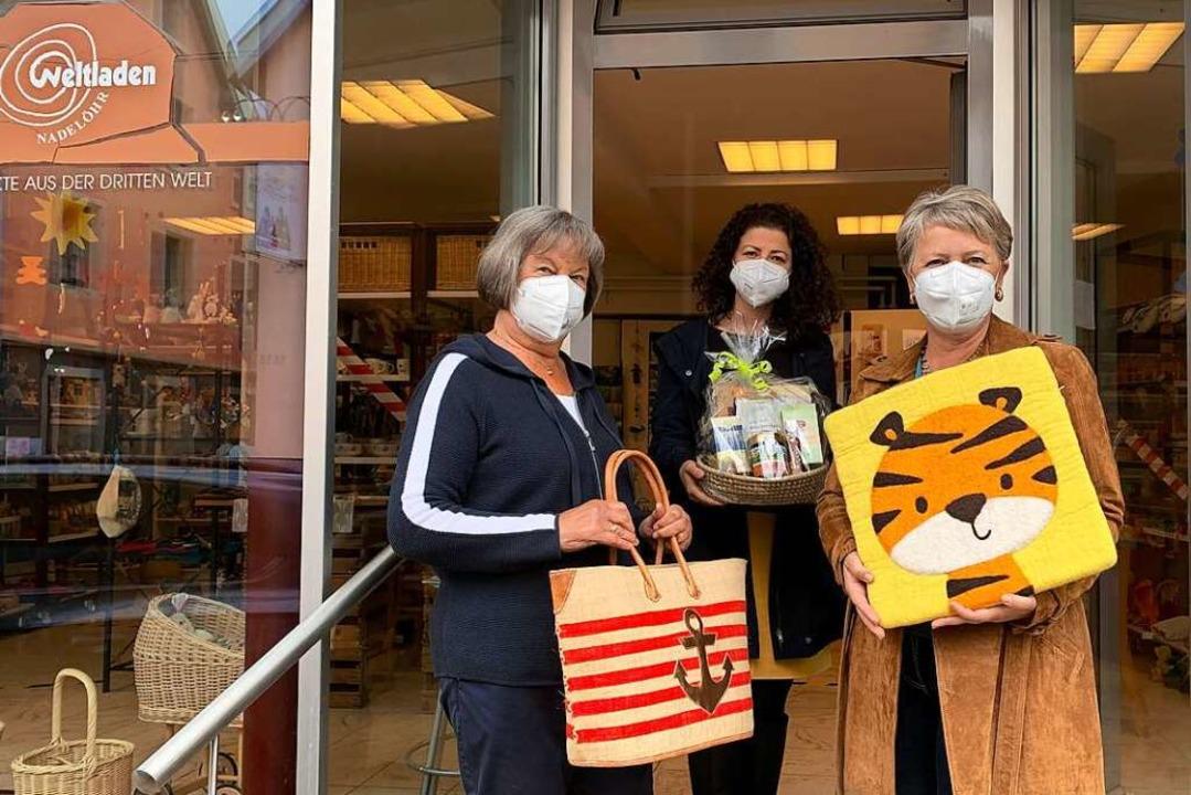 Waren aus aller Welt bieten Erika Reis...on links) im Laden an der Hauptstraße.    Foto: Simone Höhl