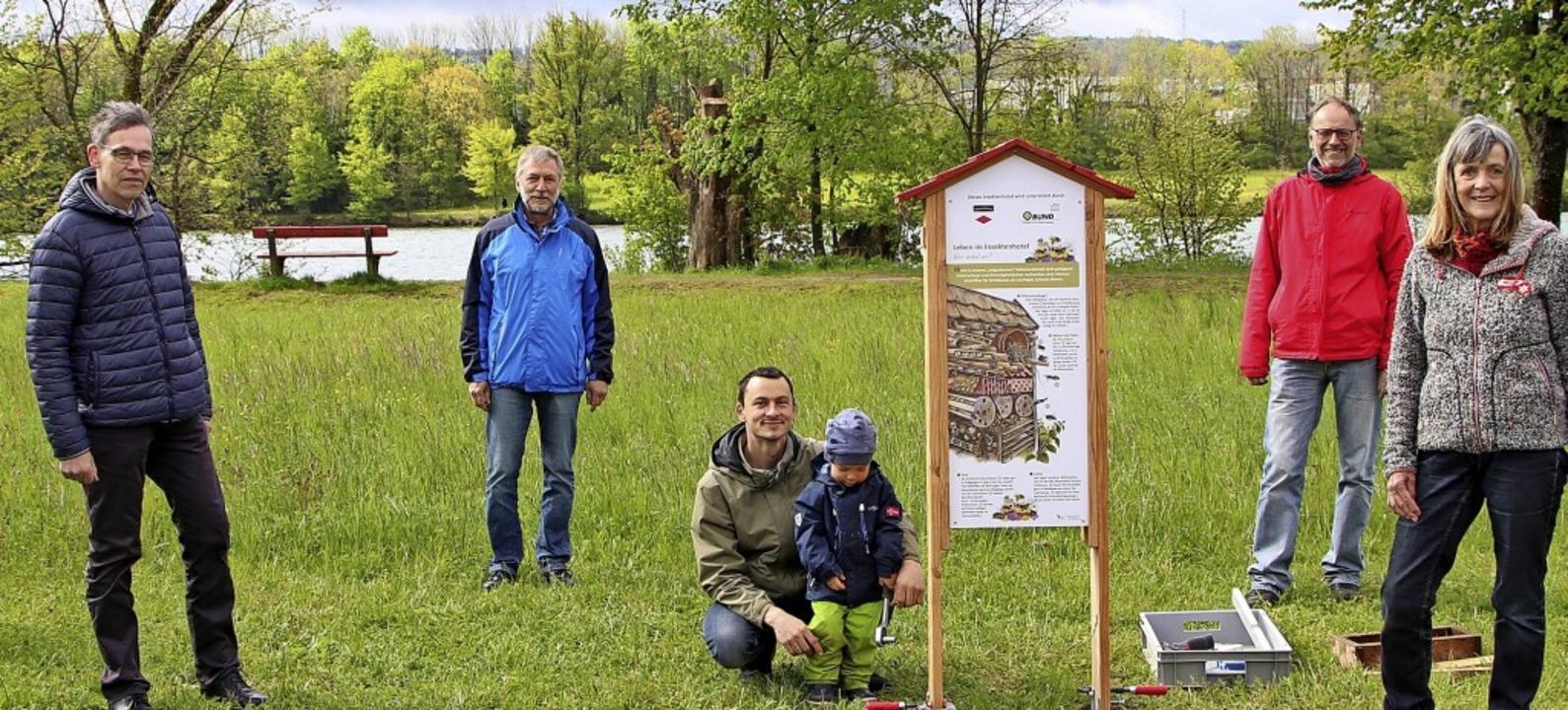 Freuen sich übers Insektenhotel: Umwel... Bär vom Schwarzwaldverein (von links)    Foto: Susanne Eschbach