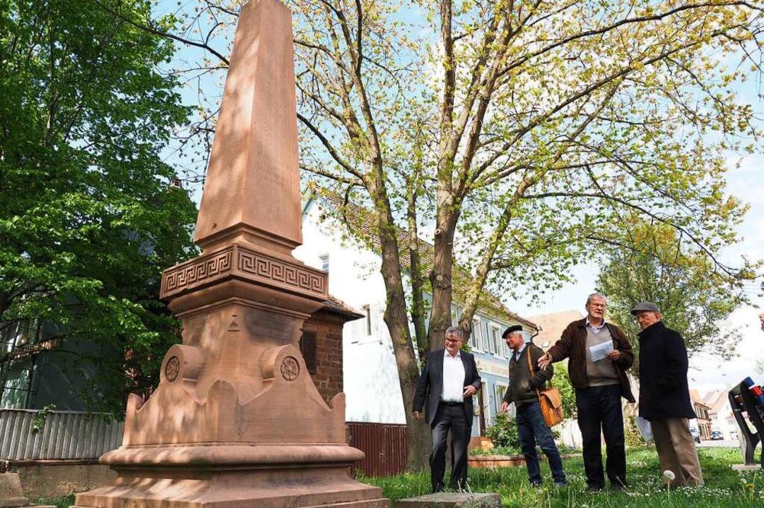 Das Kriegerdenkmal in Kenzingen wird s... Weber und Eberhard Kimmi (von links).    Foto: Michael Haberer