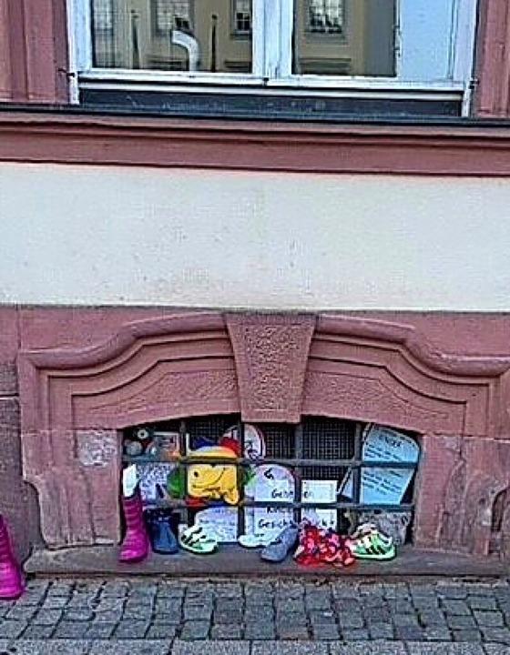 Die Kinderschuhe seien über das Osterw...t und an die Rathaustür gehängt habe.   | Foto: privat