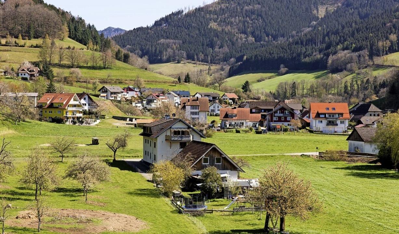 Blick von der Kirche über einen Teil d...nten Sanierungsgebiets in Simonswald.   | Foto: Gabriele Zahn