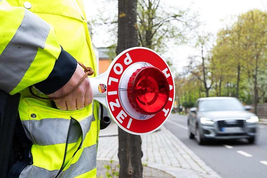 Der geforderte Mindestabstand zu Radfa...n Autofahrern nicht immer eingehalten.    Foto: Sebastian Kahnert (dpa)