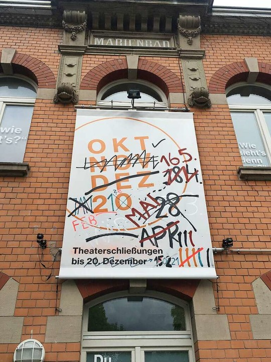 Öffnen – aber wie und wann? Transparent am Freiburger Theater im Marienbad  | Foto: Marienbad