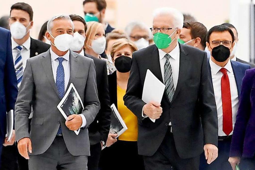 Der Ministerpräsident von Baden-Württe... neuen grün-schwarzen Landesregierung.  | Foto: Bernd Weissbrod (dpa)