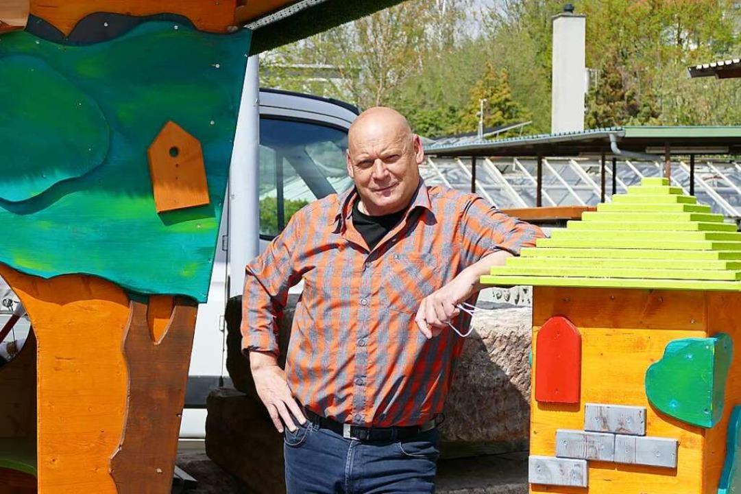 Siegfried von Au mit einem Spielhaus, ...r Technischen Dienste gefertigt wurde.  | Foto: Verena Pichler