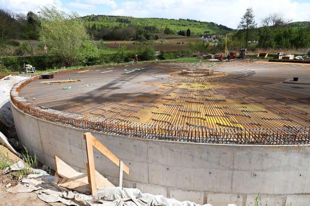 In Sulz wird in Nachbarschaft zum Schü...as riesige Regenüberlaufbecken gebaut.  | Foto: Christoph Breithaupt