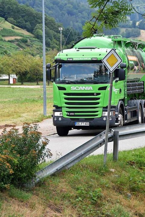 Für Lkw über zwölf Tonnen sind die Lan...ei Glottertal und Simonswald gesperrt.  | Foto: Sebastian Krüger