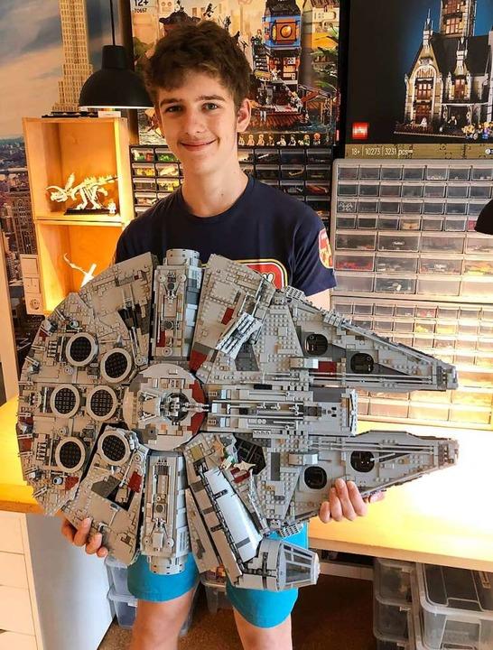 Noah Erhardt mit dem Modell des Millennium Falcon     Foto: privat