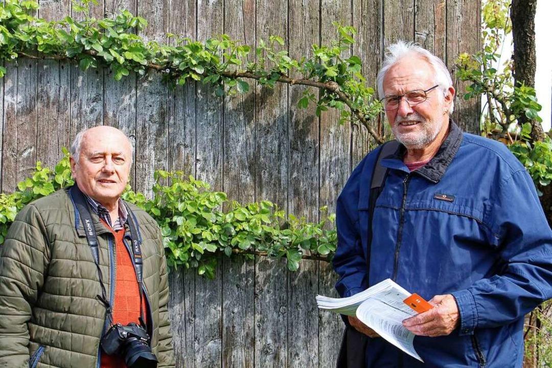 Josef Gürtner (links) und Theo Fleig  ...lige Kleindenkmale in und um Endingen.  | Foto: Ruth Seitz