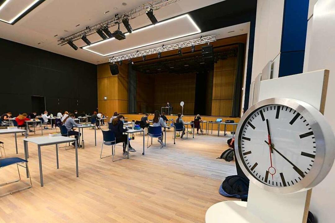 In der Aula des Freiburger St. Ursula-Gymnasiums wird Abitur geschrieben.    Foto: Ingo Schneider