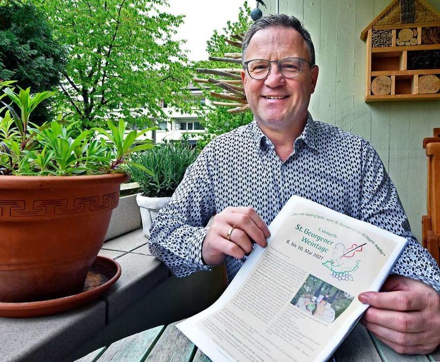 Martin Maier mit dem Flyer der virtuellen Weintage    Foto: Michael Bamberger