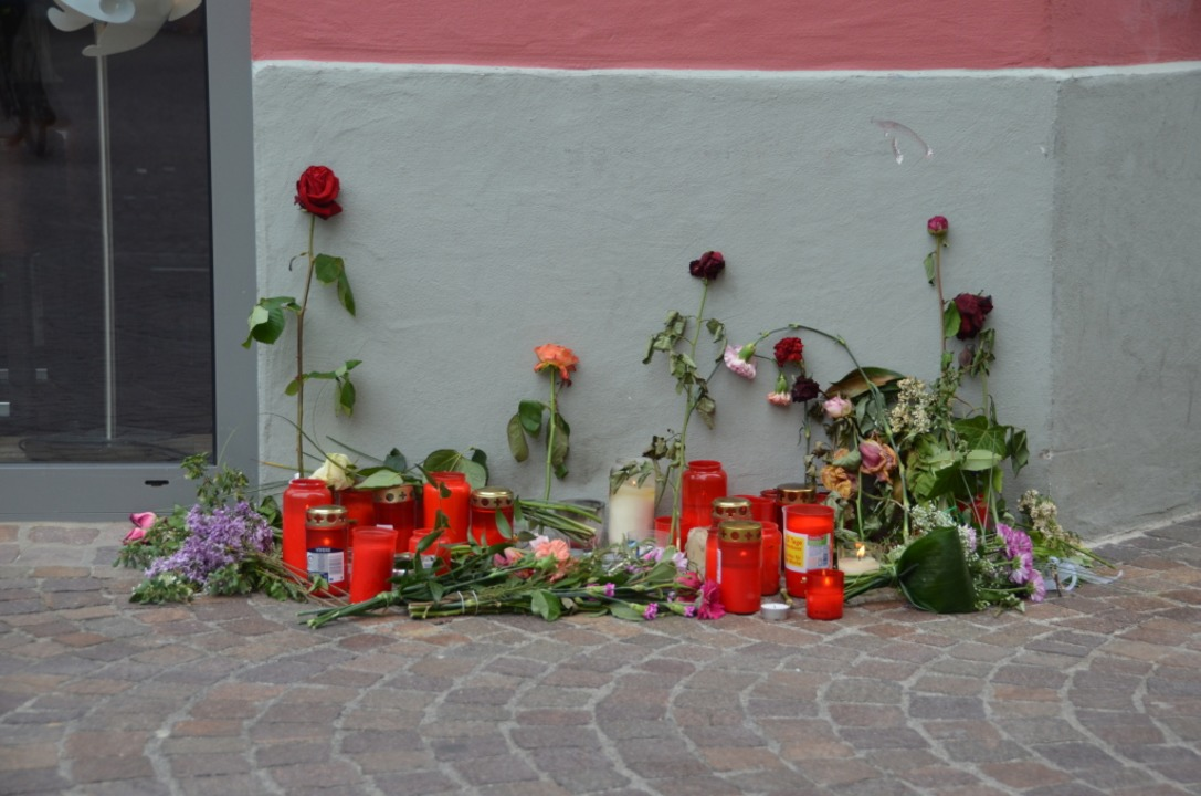 Mit Blumen und Kerzen am Unglücksort t... Unfall am 7. Mai 2016 am Spitalplatz.  | Foto: Felix Held