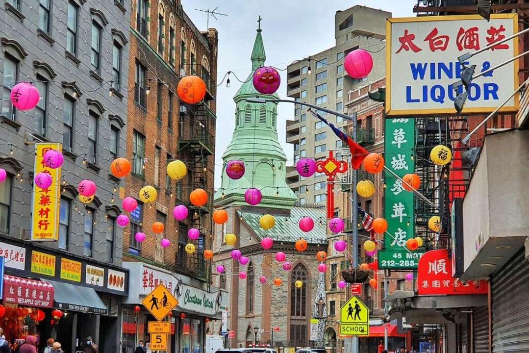 Die bunten Lampions in Chinatown täusc...r die Stimmung in dem Viertel  hinweg.  | Foto: Herrmann