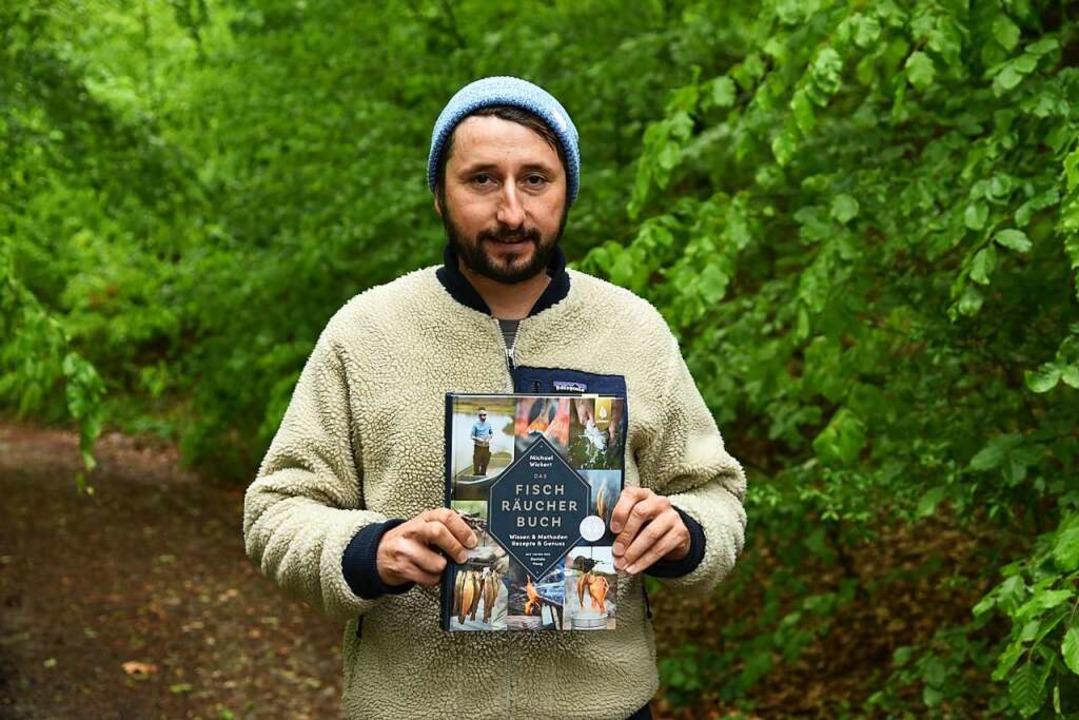 Michael Wickert mit seinem Buch   | Foto: Benedikt Sommer
