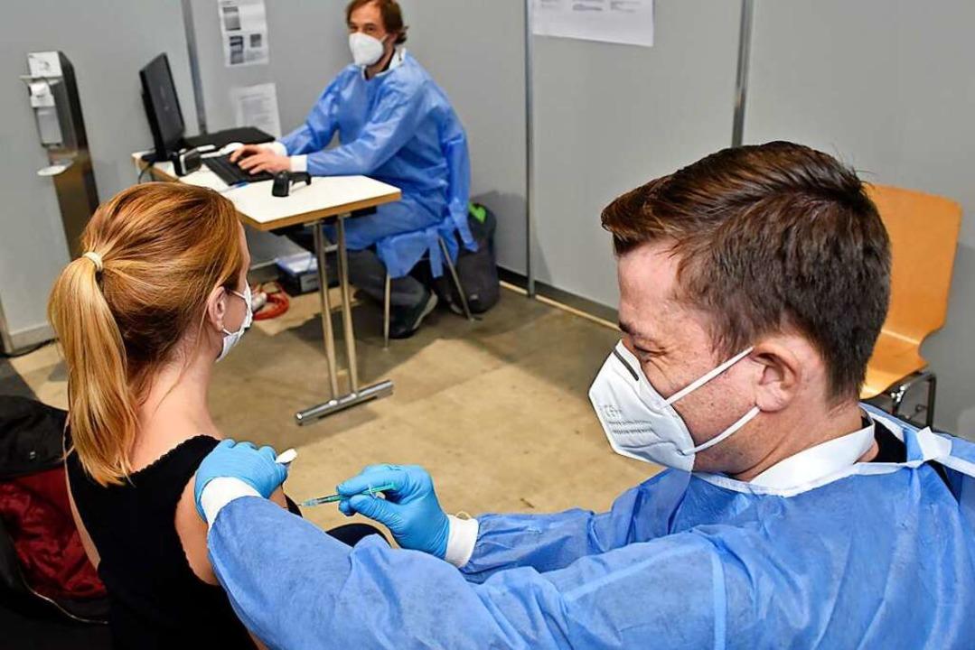 Eine Impfung gegen Sars-CoV-2 im ZIZ F...#8220;, sagt Leiter Daniel Strowitzki.  | Foto: Thomas Kunz