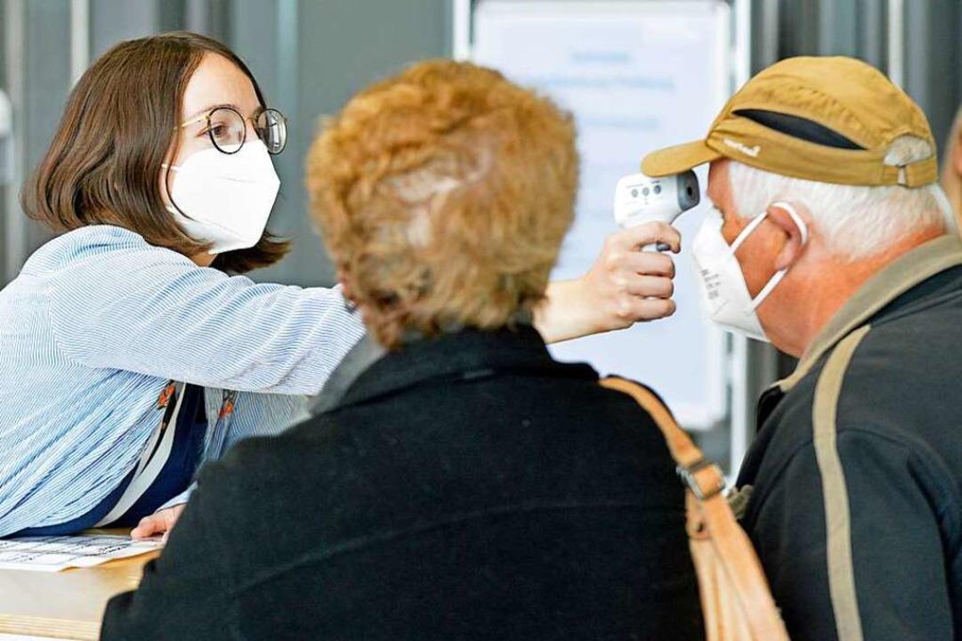 Bevor es ins Impfzentrum geht, wird erstmal Temperatur gemessen.  | Foto: Michael Bamberger