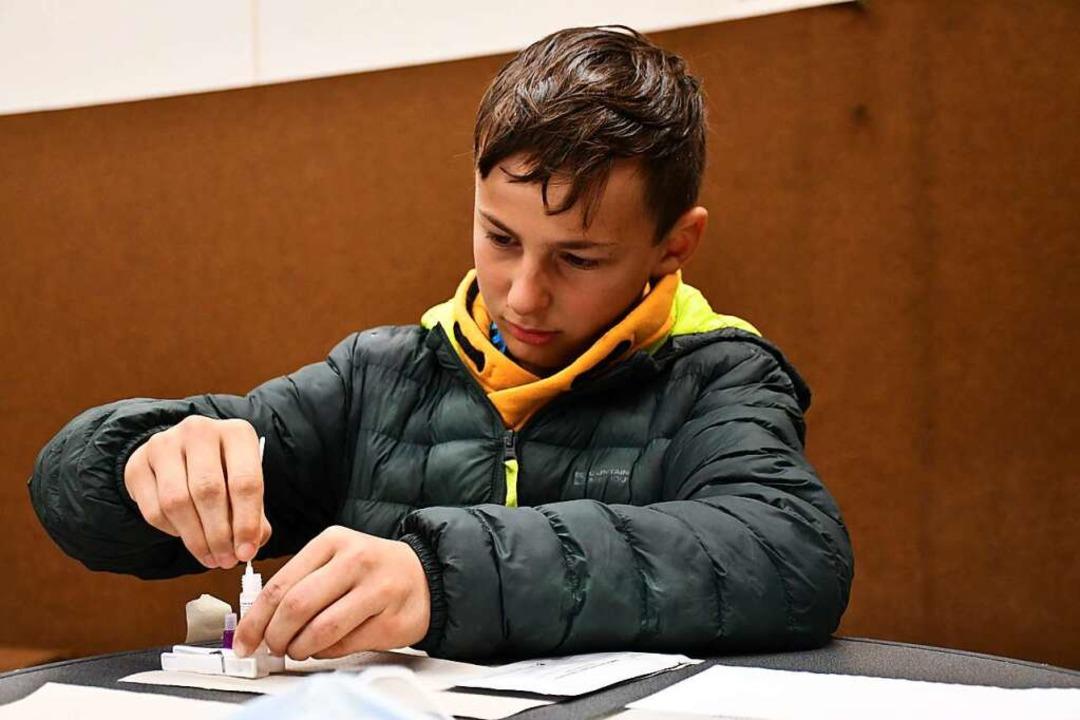 Schüler Lenny Dold beim Schnelltest in der Turnhalle    Foto: Tanja Bury
