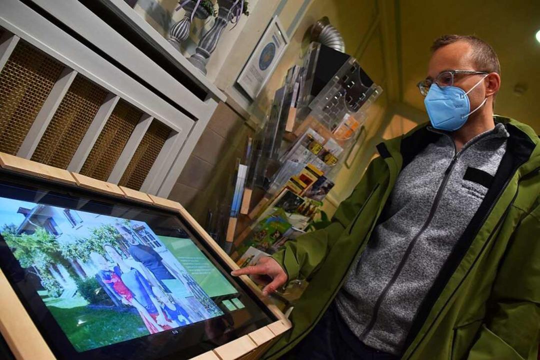Jan-Hendrik Fassbender zeigt das von i...ßgeblich mitentwickelte Info-Terminal.  | Foto: Nicolai Kapitz