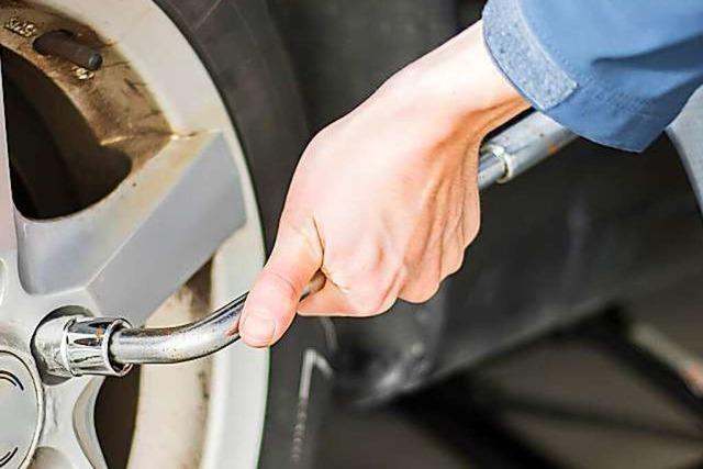 Unbekannte lösen Radmuttern eines Verkaufswagens in Gersbach