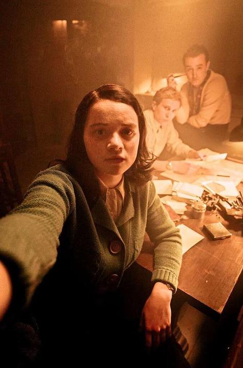 Selfie im Widerstand: Sophie (Luna Wed...d Hugo Schmitz) spätnachts im Atelier.  | Foto: SWR