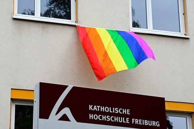 Die Katholische Hochschule Freiburg hängt die Regenbogenflagge raus