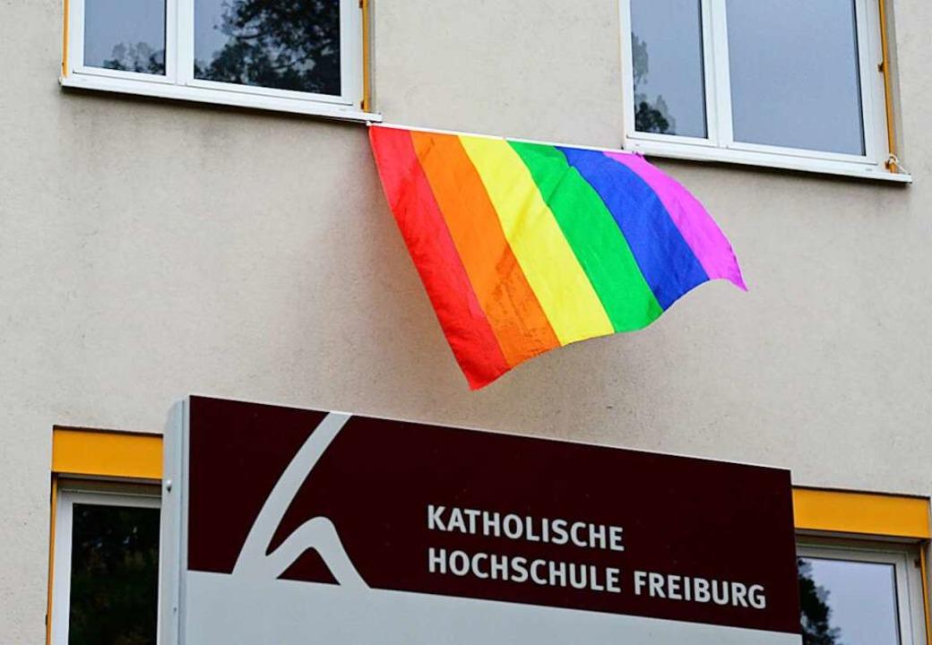 Die Fahne flattert für Vielfalt und Toleranz.   | Foto: Ingo Schneider