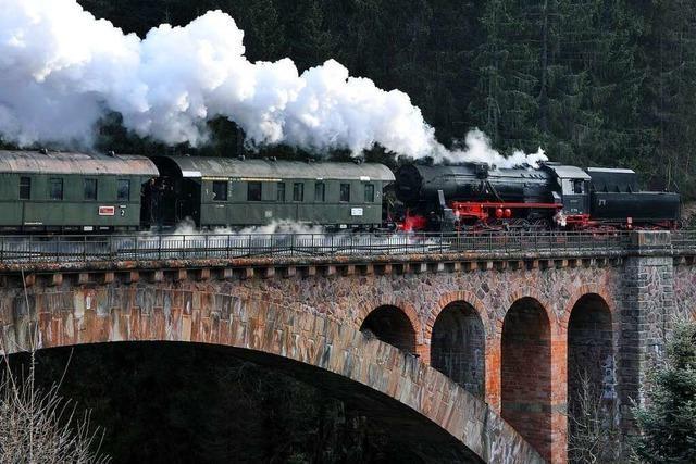Vandalen beschmieren historische Eisenbahnwaggons der Dreiseenbahn