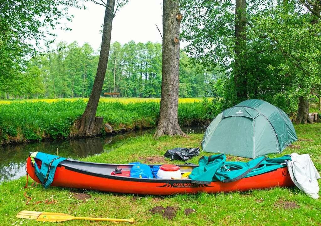Kanuwandern macht Freude –  unte...ffiziellen Campingplätzen aufschlagen.  | Foto: Patrick Pleul (dpa)