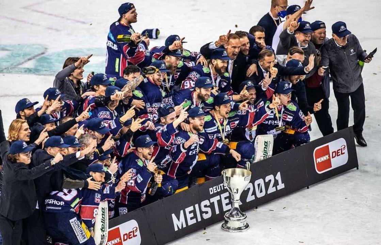Meisterfoto: Die Eisbären Berlin gewin...hten Mal die Meisterschaft in der DEL.    Foto: Andreas Gora (dpa)