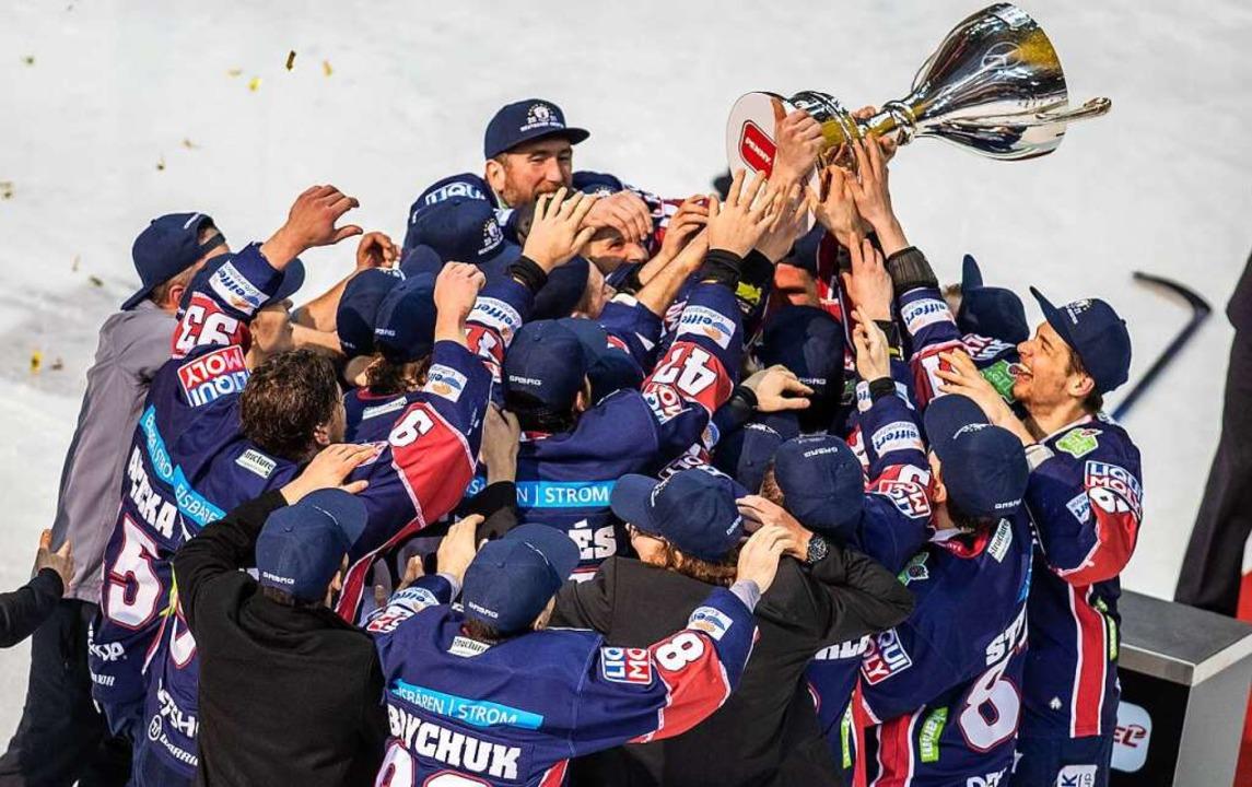Nach dem Sieg über die Grizzlys Wolfsb...Eisbären Berlin den Pokal in die Luft.    Foto: Andreas Gora (dpa)