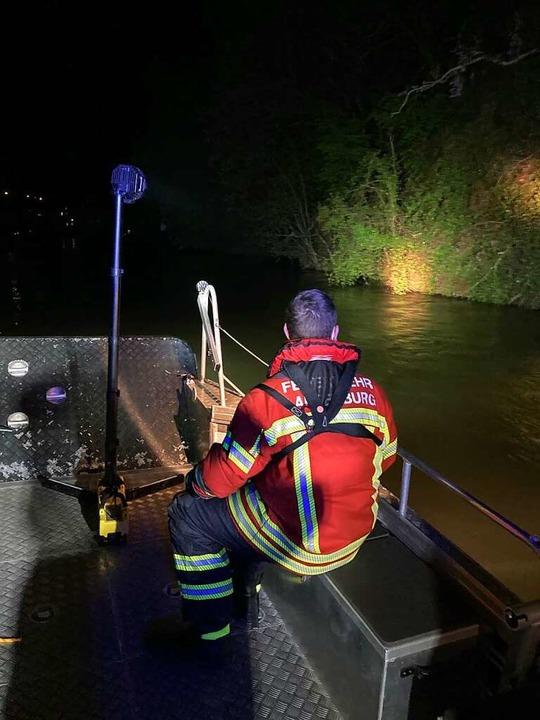 Die Rettungskräfte hatten am frühen Sa...nn war von der Rheinbrücke gesprungen.  | Foto: Feuerwehr Laufenburg