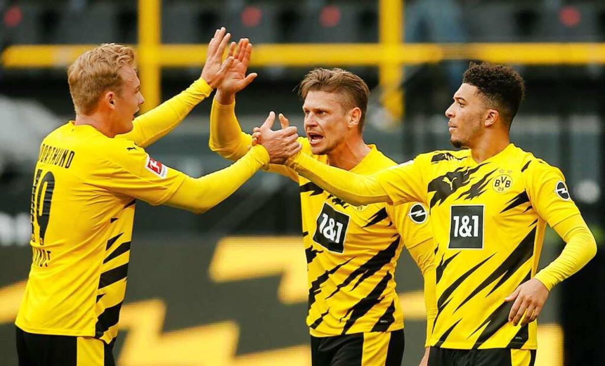 Jubelnde Dortmunder: Mit einem 3:2-Erf... Bayern München zum deutschen Meister.    Foto: LEON KUEGELER (AFP)